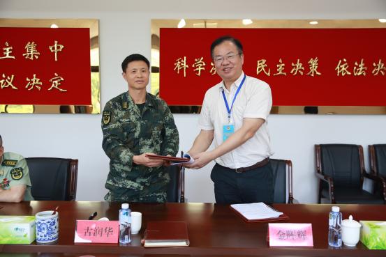 中心金晖辉主任与武警福州支队签订地块置换协议